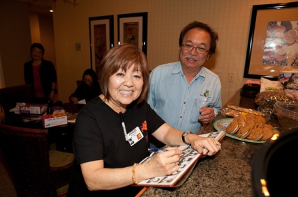 Hemingway Yamamoto gets Janice Muramoto Chin to sign his Kaulana (finally)